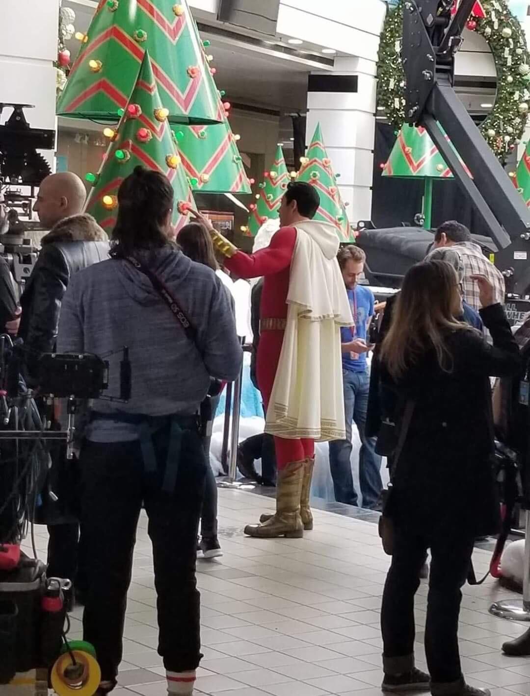 La primissima immagine di Zachary Levi con il costume di Shazam!